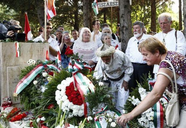 "The lunatic fringe at the ""reburial."" Népszabadság / Viktor Veres"