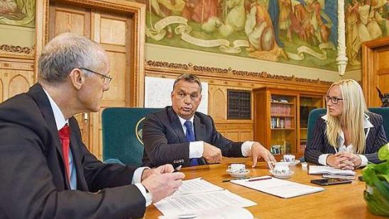 Viktor Orbán with Bild reporters Dora Varro and Hans-Jörg Vehlewald