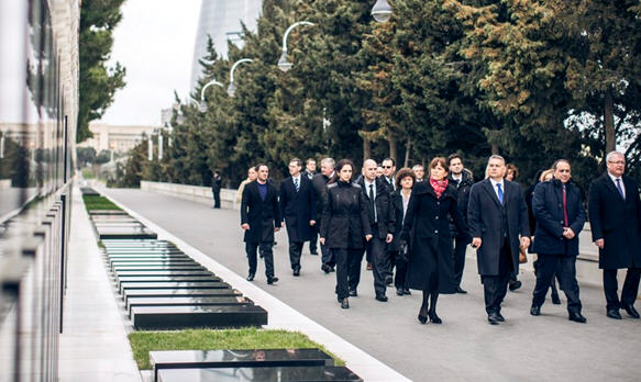 Led by Viktor and Anikó Orbán the Hungarian delegation is visiting the grave site of Heidar Aliyev and his wife
