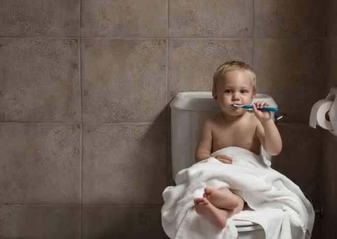 Kind putzt sich die Zähne | © panthermedia.net /denisovdmitry