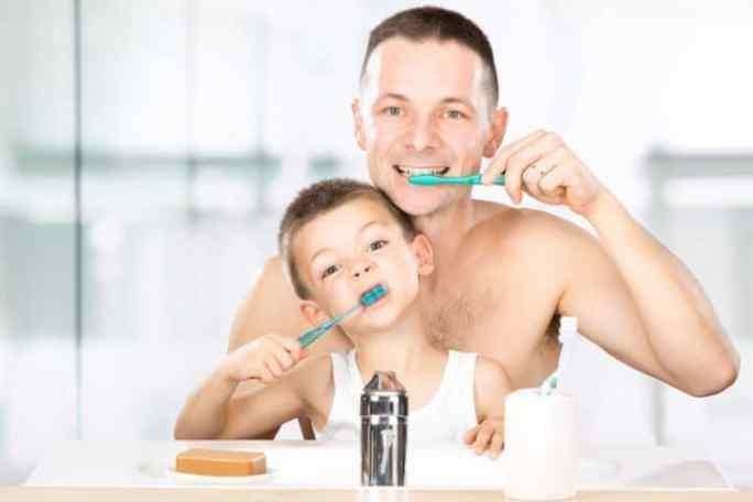 Vater und Sohn putzen sich die Zähne | © panthermedia.net /info.zonecreative.it