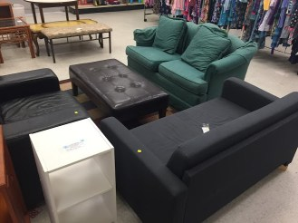 Ở mỗi cửa hàng khác nhau, bạn sẽ thấy những bộ bàn ghế khác nhau. Thường thì chúng còn khá tốt, ngoại trừ chúng thường có một số vết bẩn khó chùi.