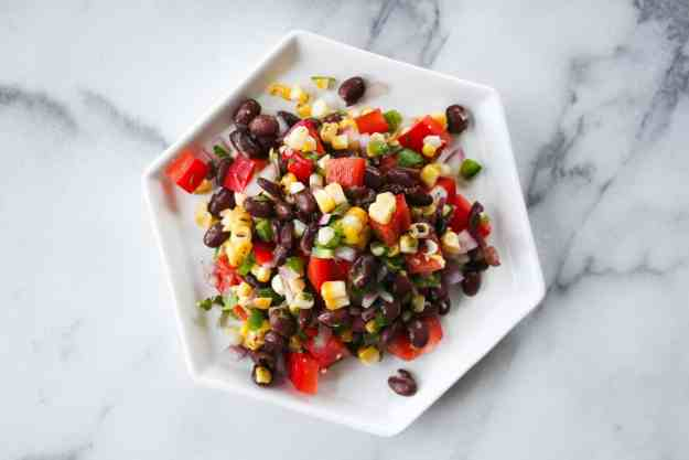 Charred corn salsa is perfect for hot summer days | hungrybynature.com