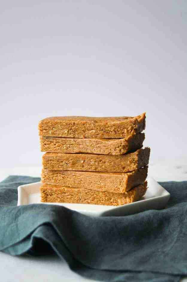 Almond Butter Protein Bars | hungrybynature.com