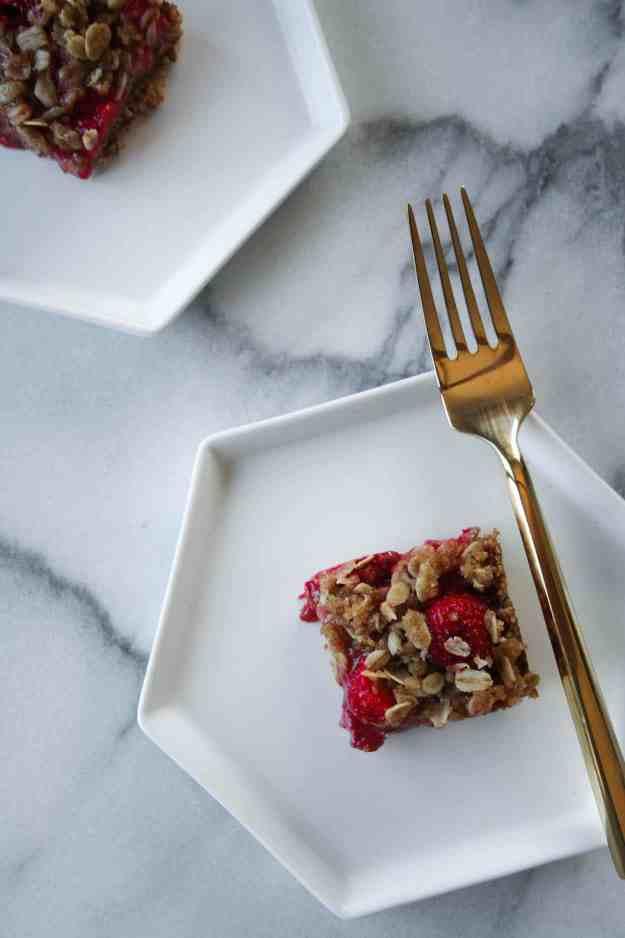 Strawberry Crumble Bars | hungrybynature.com