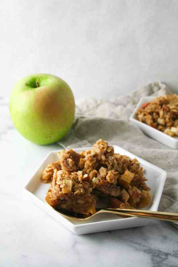 The ultimate bite of BAKED apple cinnamon oatmeal - warm, spongy, crunch, and definitely filling. | hungrybynature.com
