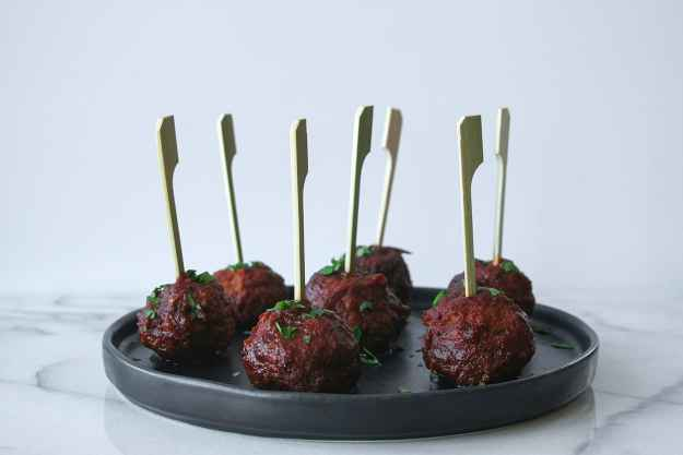 Celebrate the holidays with La Morena and Hungry by Nature! A spicy spin on a classic holiday appetizer - Slow Cooker Cranberry Chipotle Meatballs are so simple, spicy, and sure to please the crowd. #VivaLaMorena #CollectiveBias #shop | hungrybynature.com