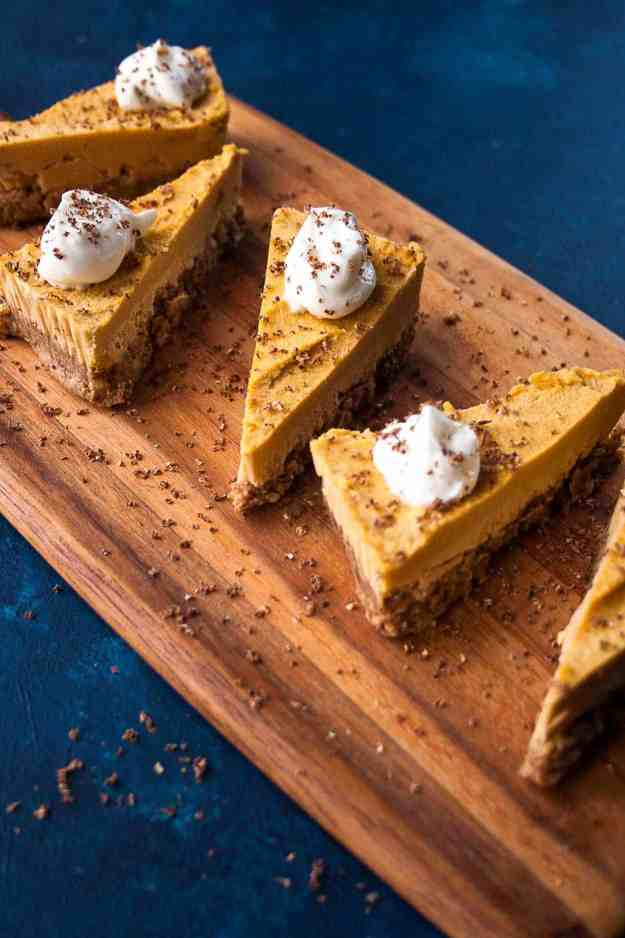 No Bake Pumpkin Pie (Vegan!) | #pumpkinpie #thanksgiving #holiday #vegan #paleo #glutenfree | hungrybynature.com