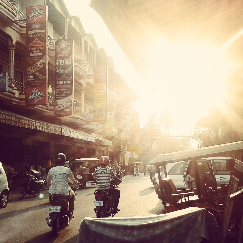 Straße in Phnom Penh bei Sonnenuntergang