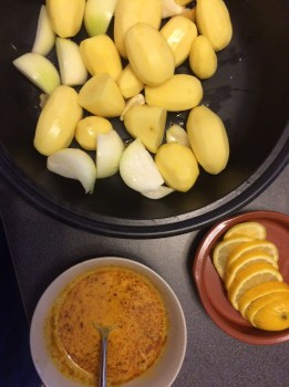 1-  Prepare the Marinade: squeeze the juice of 1 lemon, mix together with the spices, crush a clove of garlic, the sugar, mustard and mix until even.
