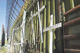 Cruces simblizando vidas perdidas en el muro de la frontera