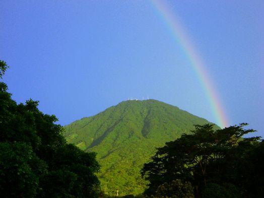 El volcán y el arcoiris