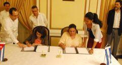 Firma de uno de los convenios de cooperación con Cuba