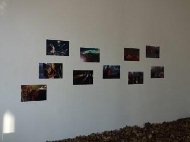 Die linke Wand besteht aus Screenshots des Dokumentarfilms und trägt zur atmosphärischen Verdichtung der Installation visuell bei