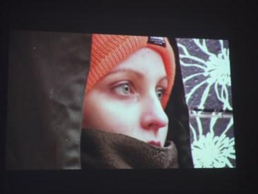 Die zentrale Wand zeigt eine Projektion des Kurzfilms 'The Beauty of Hunting'...