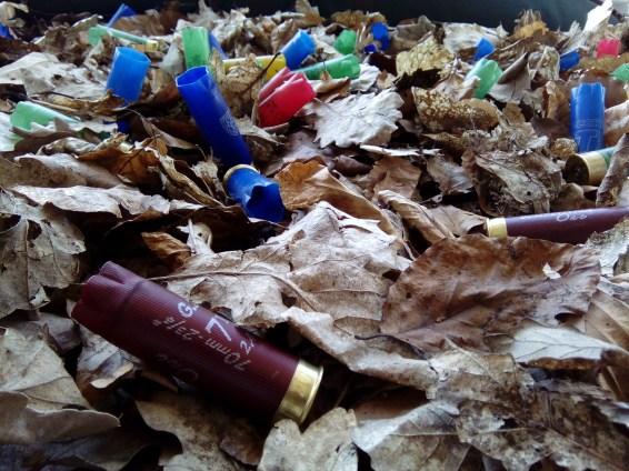 Im Kern der Jagd steht das Töten: hier angedeutet durch Patronenhülsen, die zum hantieren einladen und als 'Souvenir' von Besuchern mitgenommen werden durften...