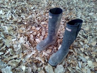 Klobige, schmutzige Jagdstiefel verstärken die Taktilität des Waldlaubs...Besucher erfahren die Installation taktil und auditiv begleitet durch das Knirschen des Laubes unter den Füßen während sie sich durch die Installation bewegen