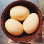 ベーコン失敗…やはり小さな鍋では燃焼に無理があった。。。燻卵はなんとかそれっぽくなったけど。次回はちゃんと燻製器作りからはじめよう〜#燻製#失敗#暇人