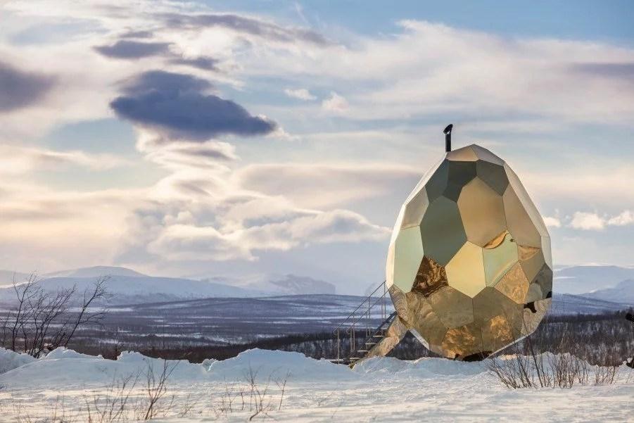 Surfaces réfléchissantes: Mirrored Golden Egg sauna, Bigert & Bergstrom