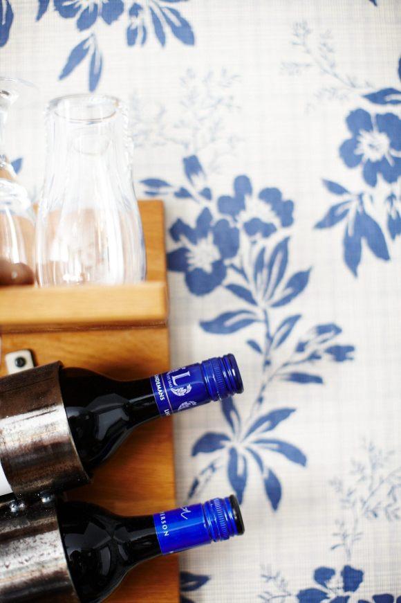 Vinflaska jämte sängen