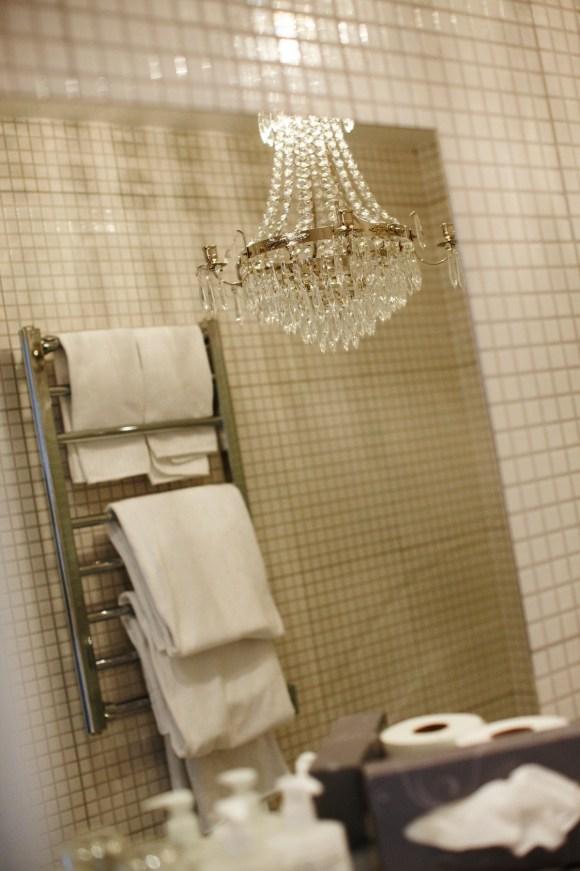 Toalett med kristallkrona