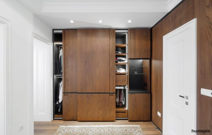 Wood closet door panel to get a warm nuance