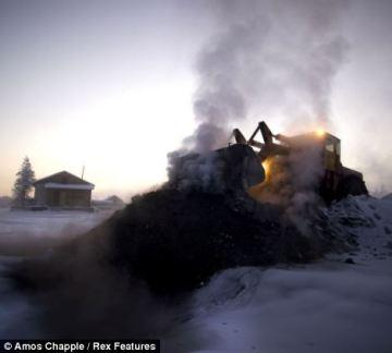 Bagr navážející uhlí do teplárny