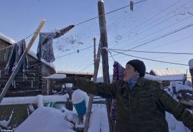 Igor Vinokurov (25) oprašuje své prádlo od sněhu