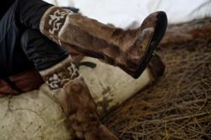 Sobí boty, nezbytná výbava místních obyvatel, jejichž pořízení přijde cca na 300 Euro