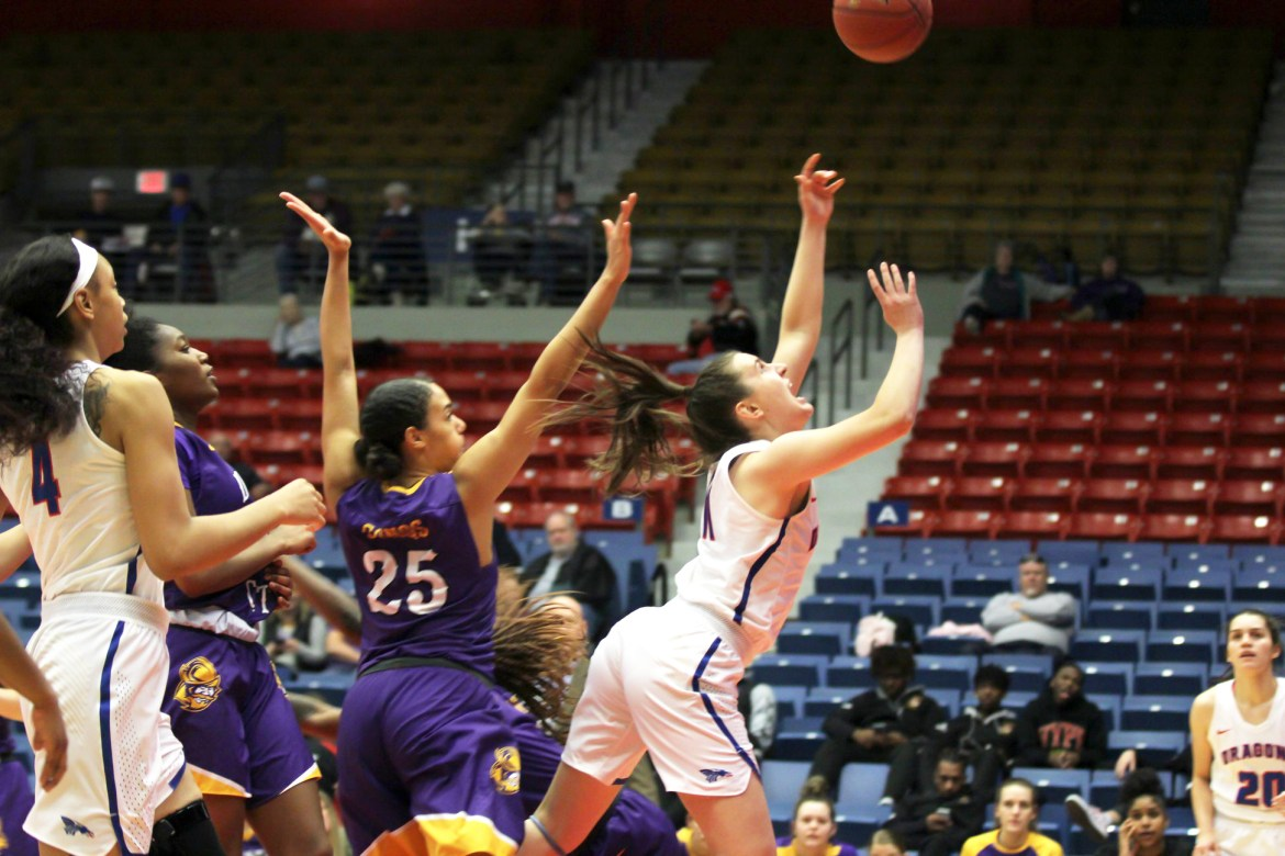 Sports roundup: Women's basketball rolls on, edges near conference title