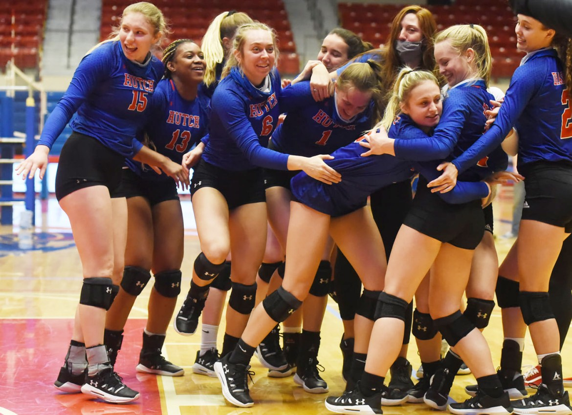 Roundup: Volleyball team holds five-match streak