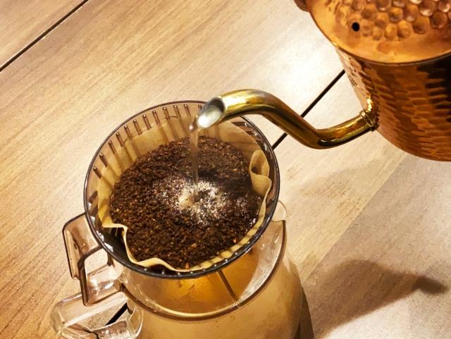 コーヒーをドリップする様子