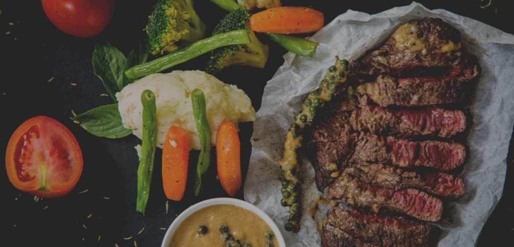 Vlees op tafel gelegd