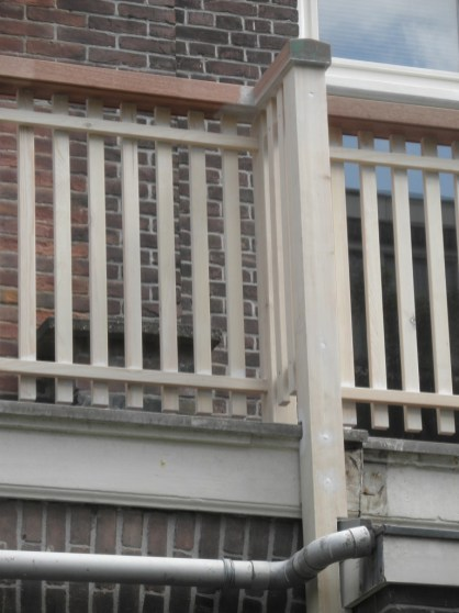 Bevestiging van het nieuwe balkonhek