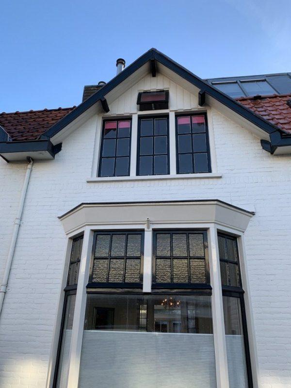 Voorgevel met oude ramen