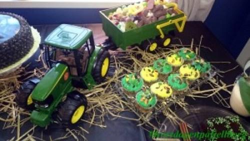 John Deere 1:16 fylt med godterier og traktormuffins