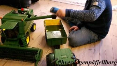 Bursdagsgave til femåringen: John Deere skurtresker i størrelse 1:16, og lillebrors traktor
