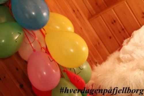 Julekalender med pakker i ballonger