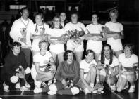 1971 - Foreholte kampioen reg. tweede klas in de zaal. Staand v.l.n.r.: Frank Bonte, Hanna Wang, Rietje Görtz, Ans Bakker-Turnhout, Annemieke de Bruin, Hanny Boskamp-van Dijk en Nora Turnhout. Zittend v.l.n.r.: Ciska Vroonhof, Ellen Oostdam, Lia van Kesteren, Lenie Hoek, Elly Hoek-van Dijk en Gerda Turnhout-Overdevest.