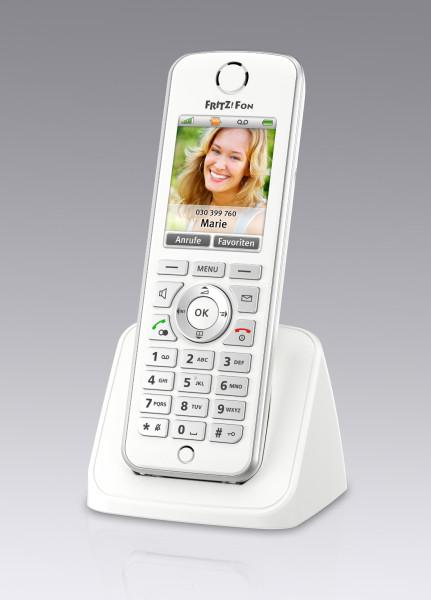 Das neue FRITZ!Fon C4 in weiß kombiniert Vollausstattung mit modernem Design. FRITZ!Fon unterstützt HD-Telefonie, Full-Duplex-Freisprechen und verfügt in Verbindung mit einer FRITZ!Box über mehrere Anrufbeantworter und Telefonbücher. Ein hochauflösendes Farbdisplay, eine beleuchtete Tastatur und eine Stereo-Headsetbuchse bieten maximalen Komfort beim Telefonieren und Musikhören. Zur weiteren Ausstattung des Schnurlostelefons gehören ein Bewegungs- und Helligkeitssensor. Das FRITZ!Fon C4 bietet außerdem Internetdienste und einen integrierten Mediaplayer. Zusammen mit den neuen Smart-Home-Funktionen zur Steuerung der intelligenten DECT-Steckdosen ist das neue FRITZ!Fon ein Alleskönner für die Telefonie und das Heimnetz. AVM presents another DECT phone, the easy-to-use wireless mobile component FRITZ!Fon C4, for use with the FRITZ!Box. FRITZ!Fon combines telephony, music, e-mail and up-to-date information from the Internet in a single device. FRITZ!Fon C4 is equipped with a large color display, a clearly structured keypad and an intuitive user interface. HD telephony gives the FRITZ!Fon a natural sound for calls made over the Internet. It is incredibly easy to use an answering machine and PC telephone book with the FRITZ!Box.