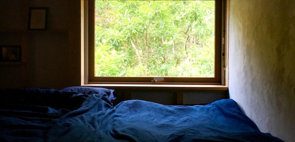 セミダブルとシングルベッドを並べて寝室_シンケンスタイルの木の家・福岡・鹿児島