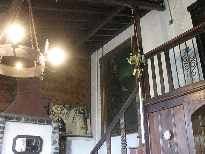 Lincoln hangs in Albion Castle living room. http://www.atlasobscura.com/places/albion-castle