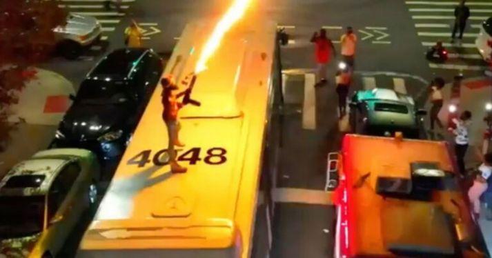 NYC Otobüsün Çatısında Alev Silahı Çekerken Görülen Adam