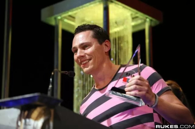 Tiesto with his IDMA in 2010 (Source: Rukes)