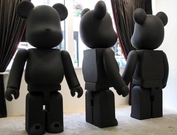 BLACK COMMES des GARCONS x Medicom Toy Bearbrick Display