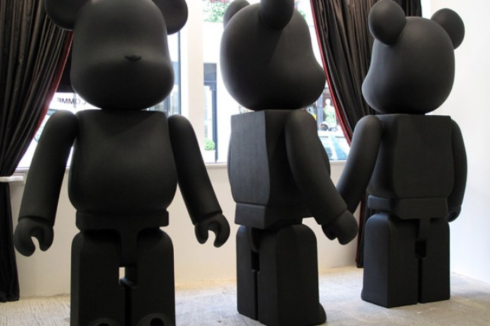 BLACK COMMES des GARCONS x Medicom Toy Bearbrick Display
