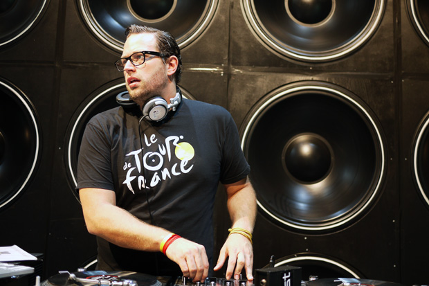 Streetsnaps: DJ ARTOO