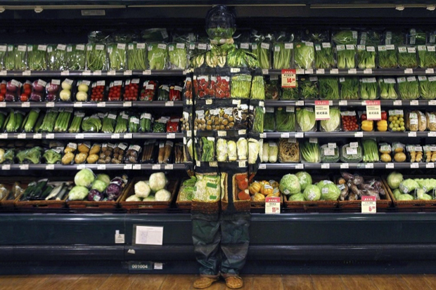 liu bolin hiding at supermarket