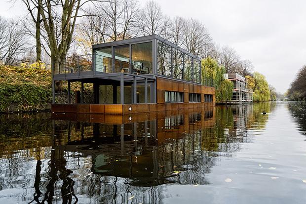 Houseboat on the Eilbek Canal by Sprenger von der Lippe