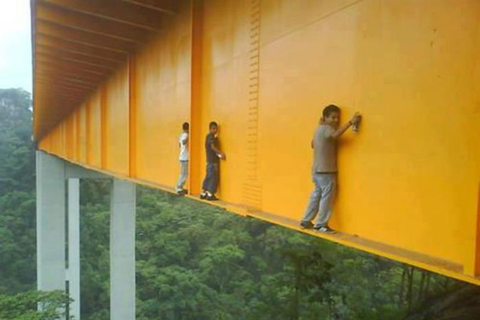 Daring Graffiti Artists Tag Mexico's 430-Foot-High Metlac Bridge